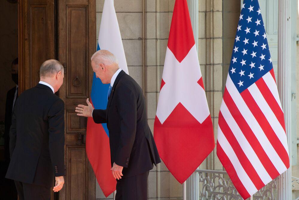 Vladimir Putin, presidente da Rússia (à esquerda), e Joe Biden, presidente dos EUA (à direita), antes da cúpula Rússia-EUA na Villa la Grange em Genebra, Suíça, 16 de junho de 2021