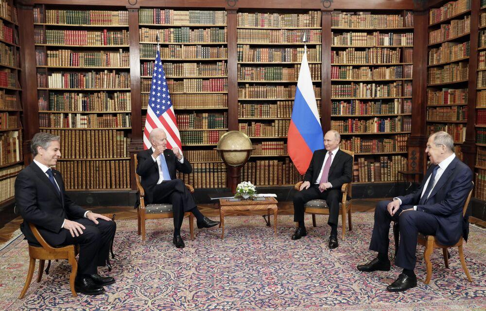 Antony Blinken, secretário de Estado dos EUA, Joe Biden, presidente dos EUA (ambos à esquerda), Vladimir Putin, presidente da Rússia, e Sergei Lavrov, ministro das Relações Exteriores da Rússia (à direita), posam para a imprensa antes da cúpula EUA-Rússia na Villa La Grange, em Genebra, Suíça, 16 de junho de 2021