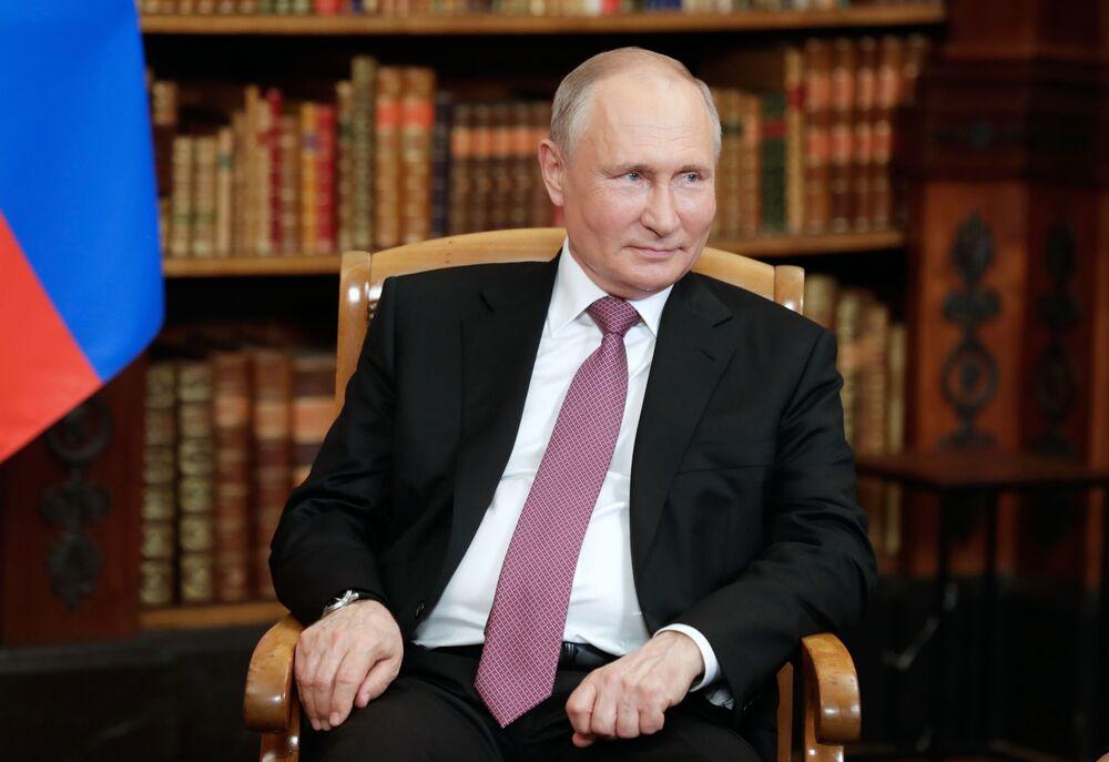 Vladimir Putin, presidente da Rússia, durante a reunião com Joe Biden, presidente dos EUA (fora da foto), na Villa La Grange, em Genebra, Suíça, 16 de junho de 2021