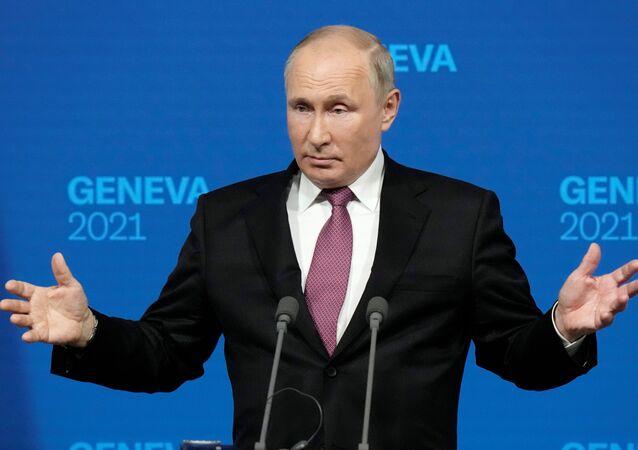 Vladimir Putin, presidente da Rússia, gesticula enquanto fala durante coletiva de imprensa após seu encontro com Joe Biden, presidente dos EUA, na Villa La Grange em Genebra, Suíça, 16 de junho de 2021