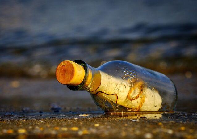 Garrafa encontrada no mar (imagem referencial)