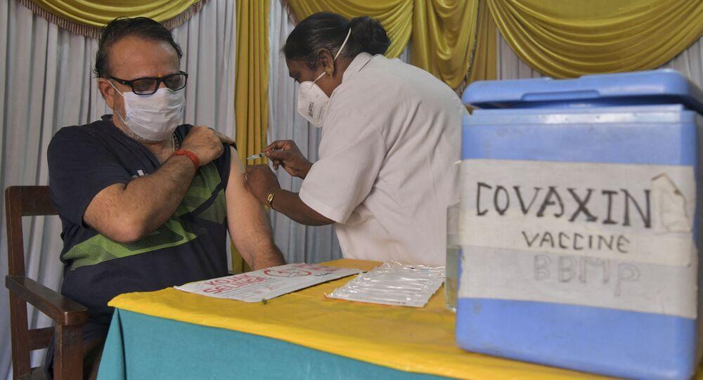 Homem é inoculado com uma dose da vacina Covaxin contra o novo coronavírus na Índia (foto de arquivo)