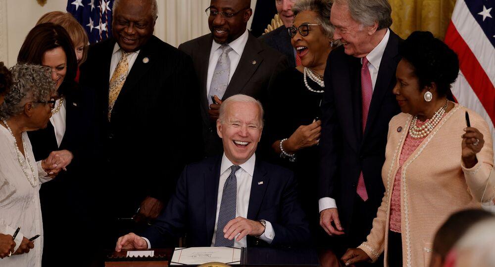 O presidente dos EUA, Joe Biden, ri com o vice-presidente Kamala Harris e membros do Congresso enquanto sanciona feriado federal, em Washington, EUA, em 17 de junho de 2021