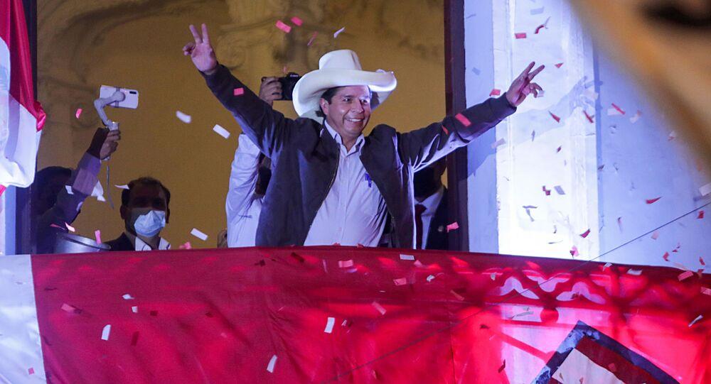 O candidato presidencial do Peru, Pedro Castillo, dirige-se a apoiadores na sede do partido Peru Livre em Lima, Peru, 15 de junho de 2021.