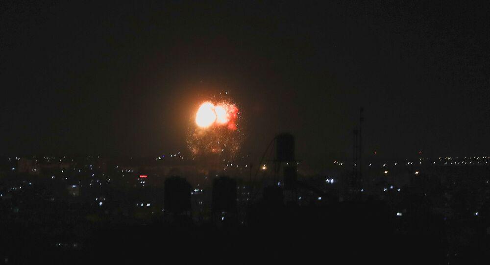 Fumaça e chamas após ataques aéreos israelenses contra Faixa de Gaza, 17 de junho de 2021