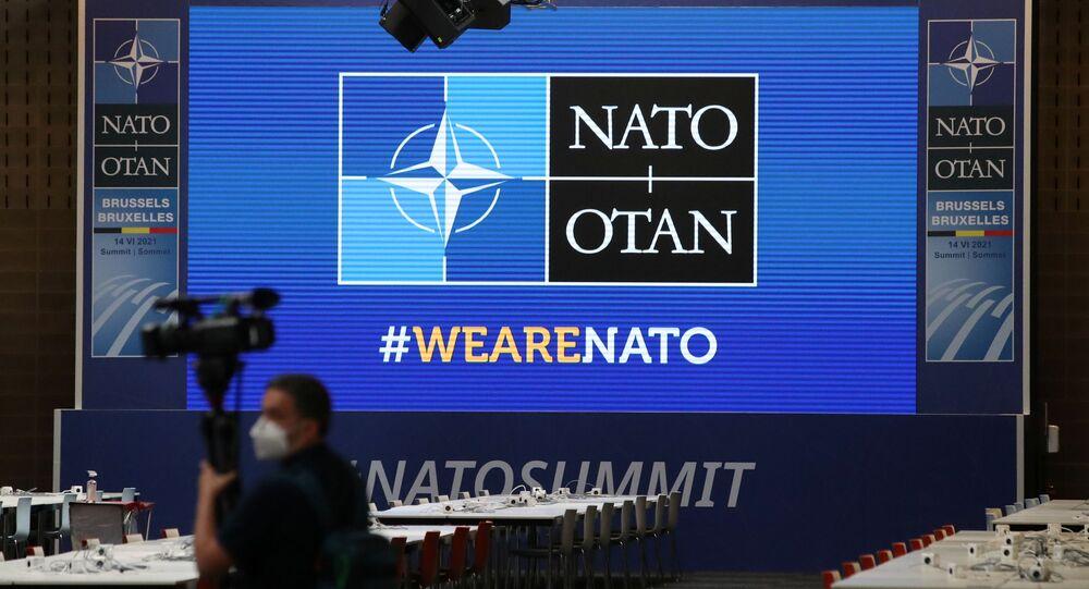Operador de câmera em frente a uma tela antes de cúpula da OTAN, no centro de imprensa em Bruxelas, Bélgica, 13 de junho de 2021