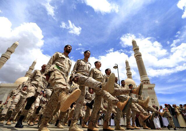 Forças houthis participam de cerimônia fúnebre na capital do Iêmen, Sanaa. Foto de arquivo