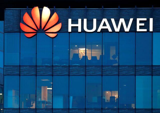 Logotipo da empresa Huawei na sede da Huawei Technologies France em Boulogne-Billancourt, perto de Paris, França, 17 de fevereiro de 2021