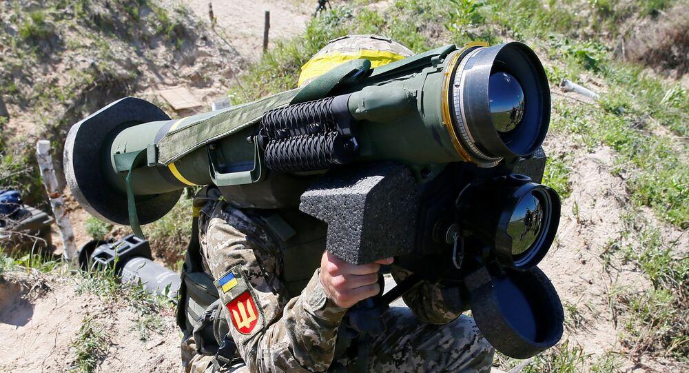 Soldado segura sistema de mísseis Javelin durante exercício militar em centro de treinamento das Forças Terrestres Ucranianas perto de Rivne, Ucrânia, 26 de maio de 2021