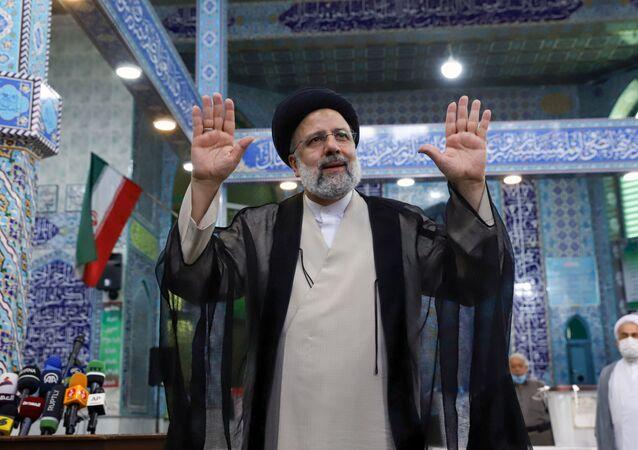 Ebrahim Raisi, possível novo presidente do Irã, gesticula após votar durante as eleições presidenciais em uma seção eleitoral em Teerã, Irã, em 18 de junho de 2021