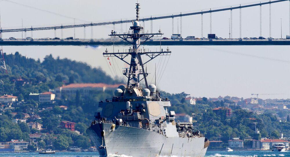 USS Laboon, destróier de mísseis guiados da Marinha dos EUA, zarpa no Bósforo, a caminho do mar Negro, em Istambul, Turquia, 11 de junho de 2021