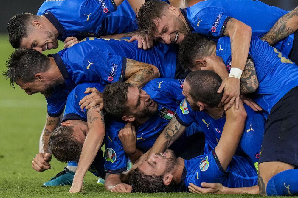 Jogadores italianos comemoram segundo gol durante partida da Eurocopa 2020 com a Suíça, no Estádio Olímpico em Roma, Itália, 16 de junho de 2021
