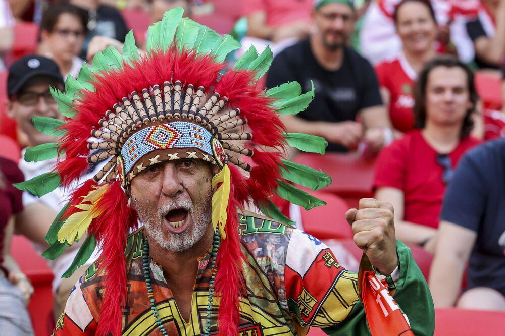 Torcedor português assiste ao jogo do grupo F da Eurocopa 2020 entre a Hungria e Portugal, no Estádio Ferenc Puskás, em Budapeste, Hungria, 15 de junho de 2021