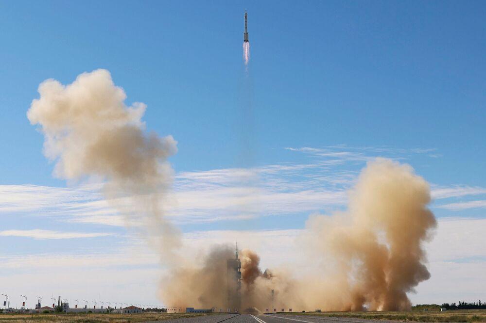 Foguete Long March-2F Y12, carregando a nave espacial Shenzhou-12 e três astronautas, decola do Centro de Lançamento de Satélites de Jiuquan para a primeira missão tripulada da China rumo à estação espacial chinesa em construção, província de Gansu, China, 17 de junho de 2021