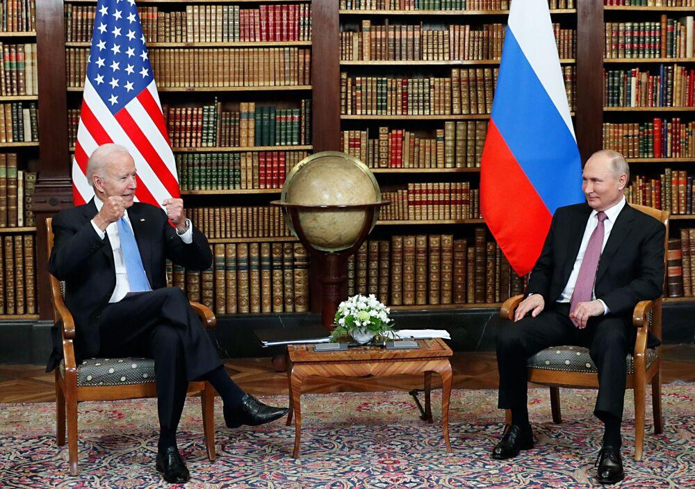 Vladimir Putin, presidente da Rússia (à direita), e Joe Biden, presidente dos EUA, durante cúpula na Villa La Grange, em Genebra, Suíça, 16 de junho de 2021
