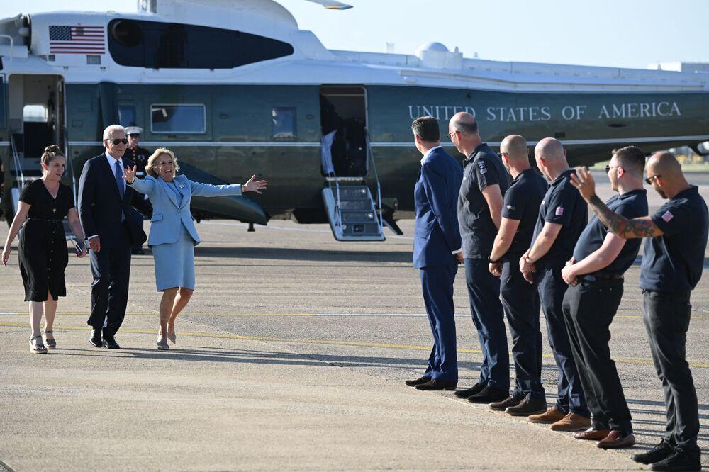 Joe Biden, presidente dos EUA, acompanhado da primeira-dama Jill Biden, chegam ao Aeroporto de Heathrow, oeste de Londres, Reino Unido, 13 de junho de 2021