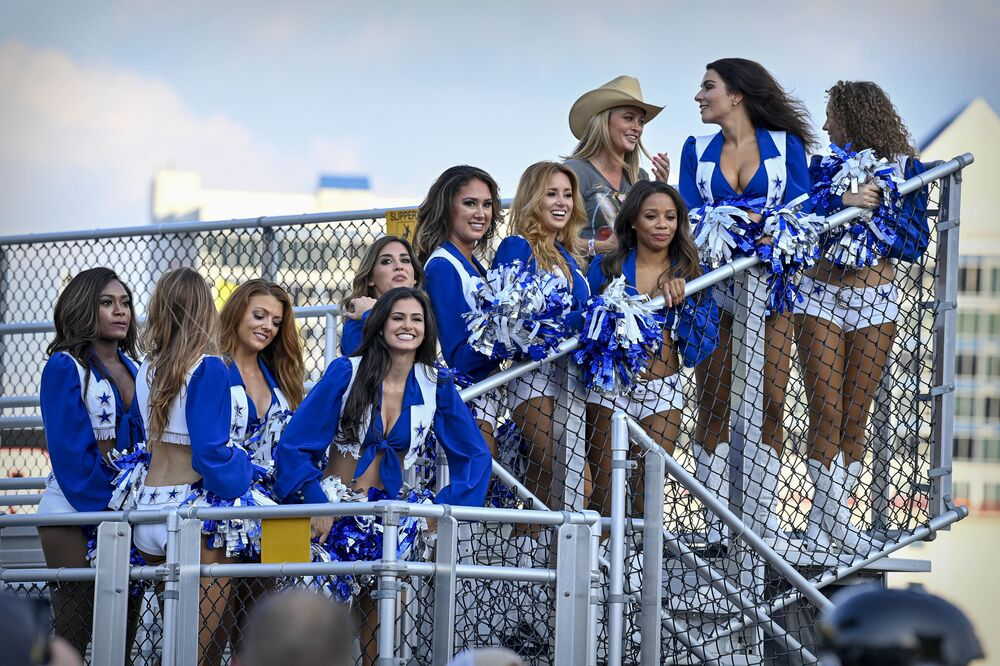 Torcida do clube Dallas Cowboy assiste à corrida NASCAR All-Star Race, no Circuito Texas Motor, Fort Worth, Texas, EUA, 13 de junho de 2021