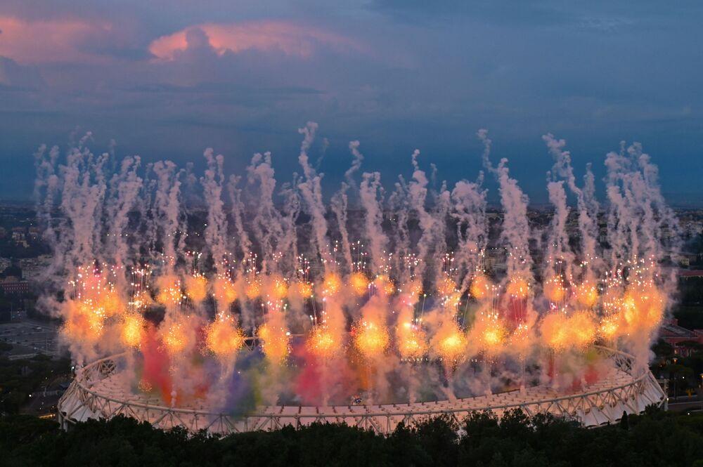 Fogos de artifício durante cerimônia de abertura da Eurocopa 2020, antes do começo de partida entre Turquia e Itália, no Estádio Olímpico, Roma, Itália, 11 de junho de 2021