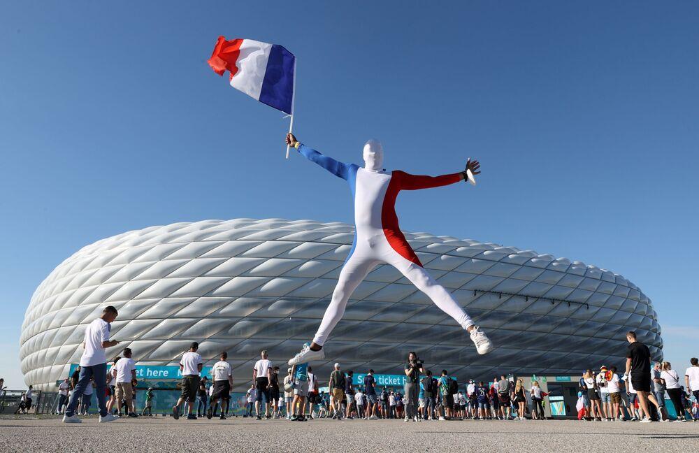 Torcedores da França no exterior da Arena de Futebol de Munique, onde foi realizada a partida da Eurocopa entre a França e a Alemanha, Munique, Alemanha, 15 de junho de 2021