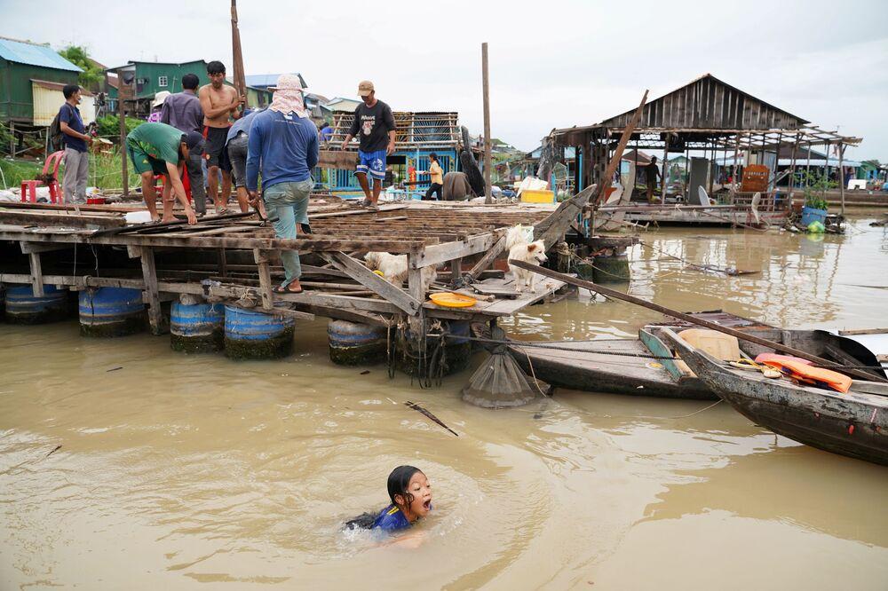 Residentes demolem suas casas flutuantes no rio Tonle Sap após ordem das autoridades locais, distrito de Prek Pnov, Phnom Penh, Camboja, 12 de junho de 2021