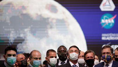 Jair Bolsonaro, presidente do Brasil (sem partido) posa para foto com Todd Chapman, embaixador dos EUA no Brasil, durante cerimônia de assinatura do Acordo entre Brasil e Estados Unidos no Programa Lunar ARTEMIS da NASA, no Palácio do Planalto em Brasília, Brasil, 15 de junho de 2021