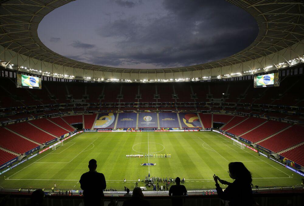 Equipes ouvem os hinos nacionais antes da partida do Grupo A entre o Brasil e a Venezuela, na Copa América 2021, Estádio Mané Garrincha, Brasília, Brasil, 13 de junho de 2021