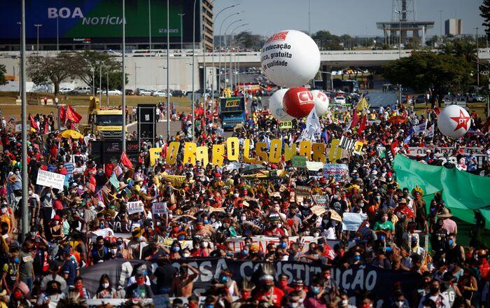 Pessoas participam de protesto contra o governo Bolsonaro em Brasília, Brasil, 19 de junho de 2021