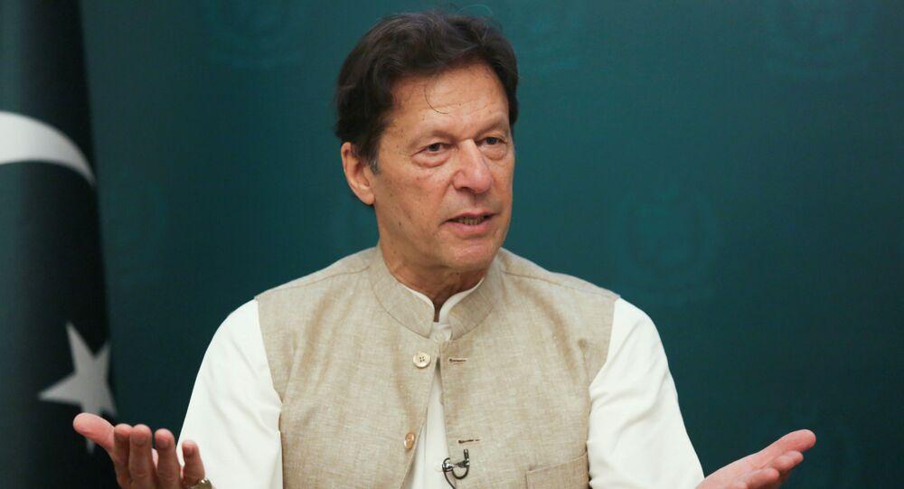 Primeiro-ministro do Paquistão, Imran Khan, gesticula durante entrevista em Islamabad, Paquistão. Foto de arquivo