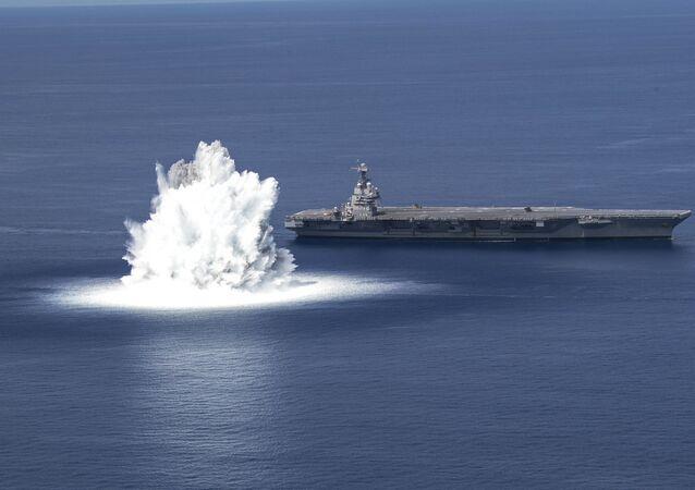 Porta-aviões USS Gerald R. Ford durante teste de resistência na costa leste dos EUA