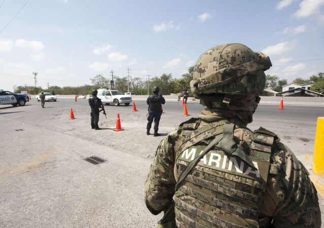 Membros da Marinha e da Polícia Federal em vigilância na cidade de Reynosa, no estado mexicano de Tamaulipas, perto da fronteira com os EUA