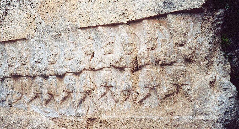 Relevo da câmara B mostrando 12 deuses do submundo, santuário de Yazilikaya, Turquia