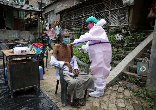 Homem recebe dose de vacina COVISHIELD na Índia, 21 de junho de 2021