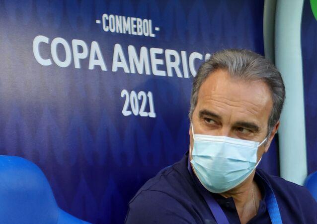 O técnico uruguaio do Chile, Martin Lasarte, aguarda o início do jogo contra o Uruguai na Arena Pantanal pela Copa América 2021, em Cuiabá, Brasil, em 21 de junho de 2021