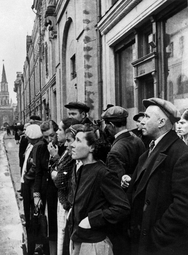 Moradores da capital no dia 22 de junho de 1941, durante o anúncio realizado via rádio sobre o ataque da Alemanha nazista contra a União Soviética