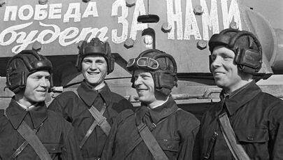Graduados da Academia Militar J.V. Stalin de Mecanização e Motorização do Exército Vermelho antes de serem enviados à linha de frente