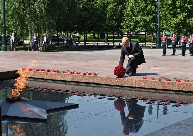 Presidente Vladimir Putin coloca flores no Túmulo do Soldado Desconhecido
