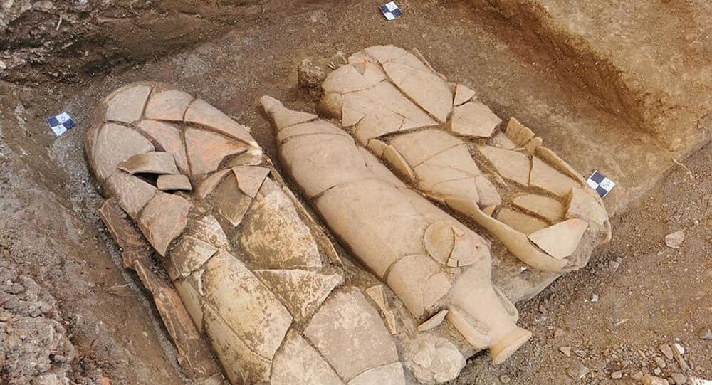 Os especialistas desenterraram os restos mortais na área frontal do Palácio Radosevic, na Croácia. Na foto: três dos grandes jarros funerários encontrados no local de escavação