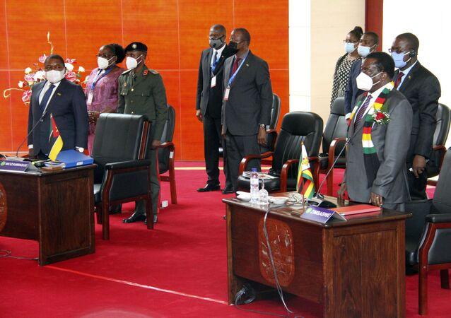 O presidente moçambicano Filipe Nyusi, à esquerda, e o Presidente do Zimbabué Emmerson Mnangagwe, à direita, juntam-se aos líderes da SADC durante uma reunião na capital de Moçambique, Maputo, 8 de abril de 2021