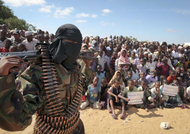 Um membro armado do grupo militante Al-Shabab participa de um comício na Somália (foto de arquivo)