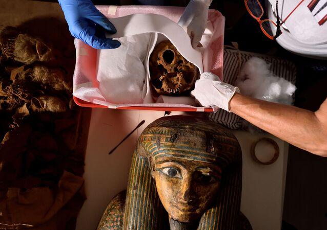Pesquisadores se preparam para mover a múmia egípcia do Museu Arqueológico Cívico de Bergamo para o Hospital Policlínico de Milão para fazer tomografia computorizada a fim de estudar sua história, Bergamo, Itália, 21 de junho de 2021