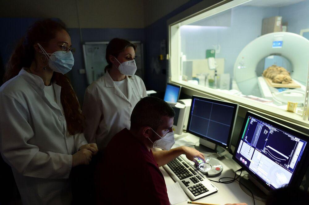 Técnicos de radiologia e os pesquisadores olham para tela de computador, Milão, Itália, 21 de junho de 2021