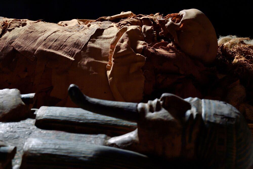 Múmia egípcia e seu caixão no Museu Arqueológico Cívico de Bergamo, Itália, 21 de junho de 2021