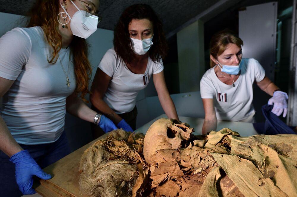 Pesquisadores se preparam para transferir a múmia egípcia de Bergamo para Milão, Itália, 21 de junho de 2021