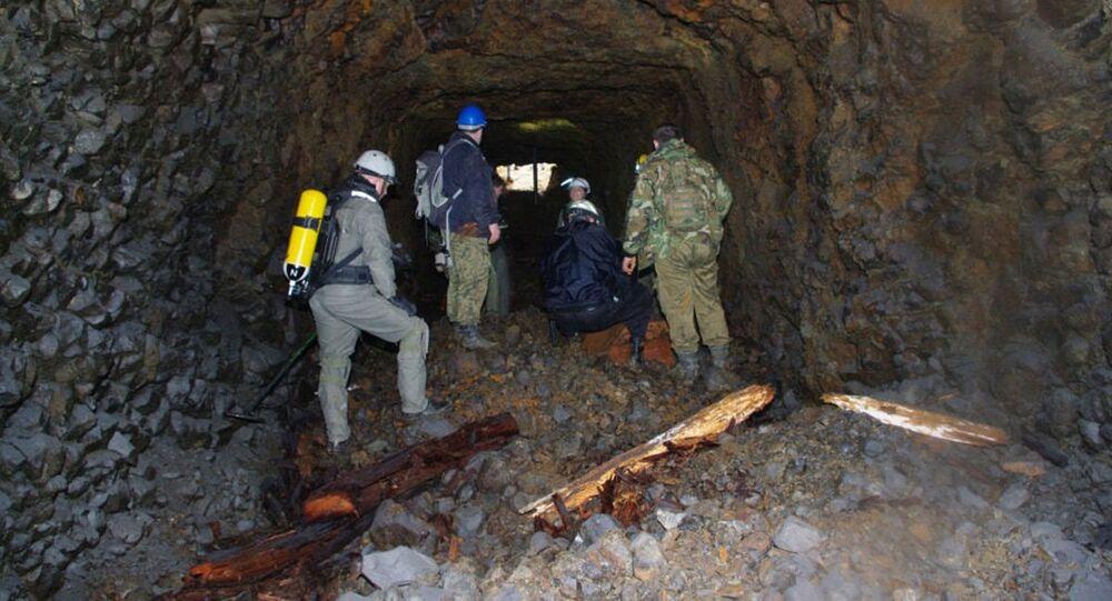 Túneis escavados na rocha basáltica durante a Segunda Guerra Mundial