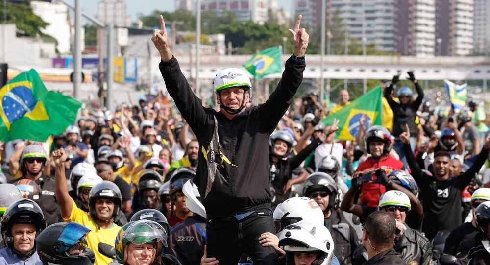 Presidente Jair Bolsonaro durante passeio de moto. Ir a favor do valor do fundo eleitoral pode prejudicar a ideia de popular e honesto do presidente