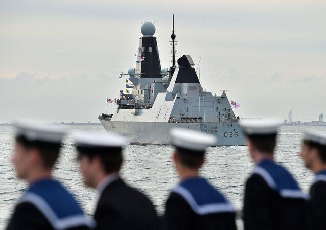Destróier HMS Defender se prepara para participar de homenagens durante evento para comemorar o 75º aniversário dos desembarques do Dia D. Foto de arquivo