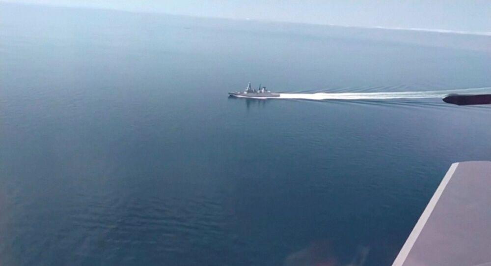 Destróier HMS Defender, Type 45, da Marinha Real britânica, filmado de um avião militar russo no mar Negro, em 23 de junho de 2021