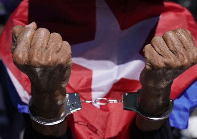 Manifestantes protestam perto da sede das Nações Unidas em 23 de junho de 2021 enquanto a ONU realiza sessão sobre a necessidade de terminar com o bloqueio econômico, comercial e financeiro imposto pelos EUA contra Cuba