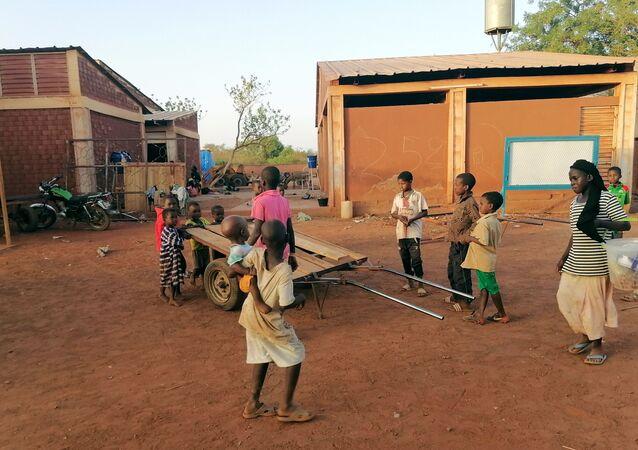 Crianças brincam em campo de deslocados de Ouahigouya, Burkina Faso, 10 de abril de 2021