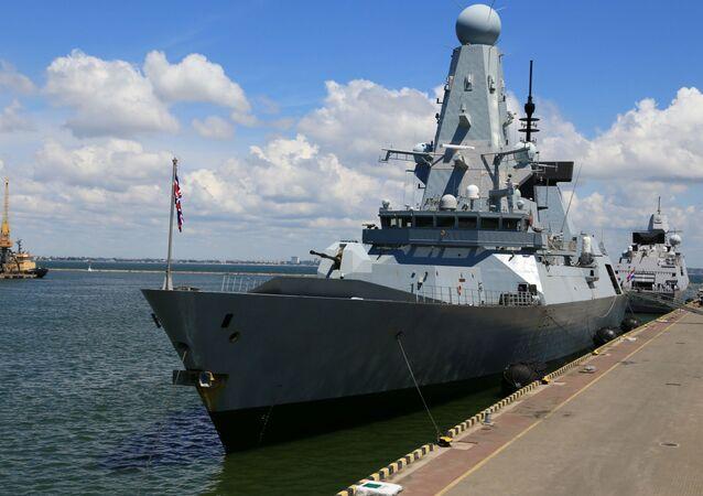 O destróier HMS Defender da Marinha Real Britânica ancorado no porto de Odessa, Ucrânia, no mar Negro, em 18 de junho de 2021
